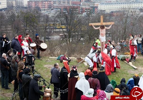 چرا رسانههای غربی عزاداری خونبار مسیحیان با زنجیرهای تیغدار را تقبیح نمیکنند؟! + عکس